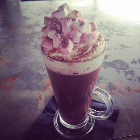 Knighton, UK: Hot chocolate with cream and marshmallows 