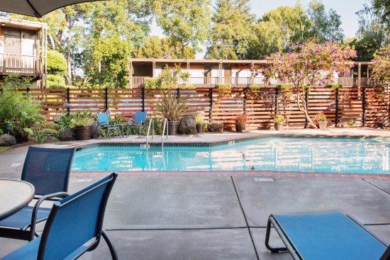 Creekside Inn: Heated outdoor pool