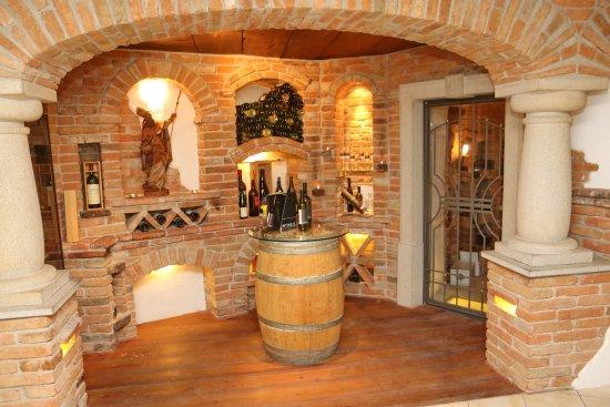 Neuhofen an der Ybbs, Austria: Wein- und Mostkeller vor der Bar