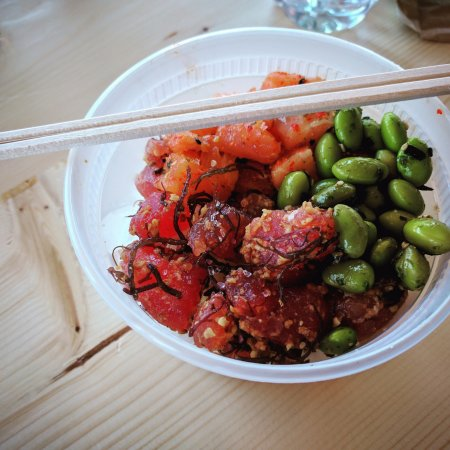 Edmonds, Вашингтон: small poke bowl ($9): half special of the day & half spicy salmon with edamame beans