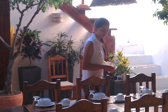 Posada Movida : Setting the table for dinner