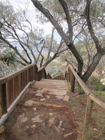 Point Lookout, Australië: Boardwalk round cliff.