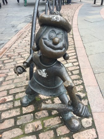 Minnie The Minx Statue