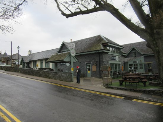 Oak Tree Inn: Exterior. Weather was bad