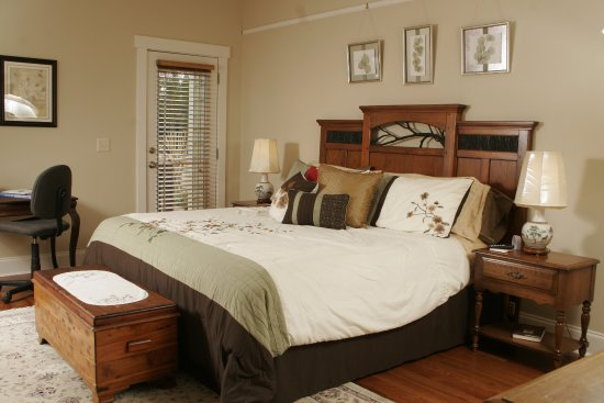 High Point, NC: Master Oaks suite w/ King bed, separate dressing area & the Jacuzzi bath.