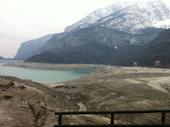 Lago di Molveno: vista da una posizione leggermente sopraelevata