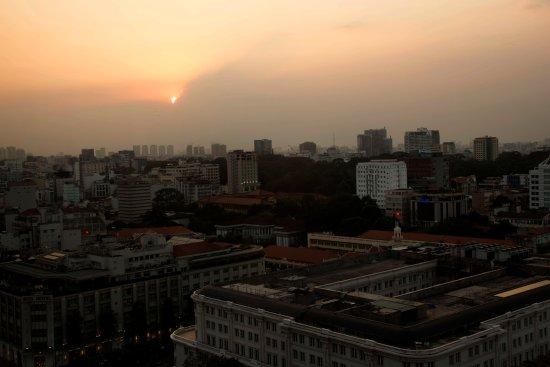 Por do sol visto de um apartamento do Hotel Caravelle Saigon