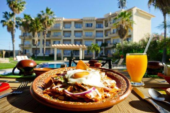 El Ameyal Hotel & Family Suites: El Sauce y La Palma Restaurant (Chilaquiles Rojos  con Huevo Estrellado)