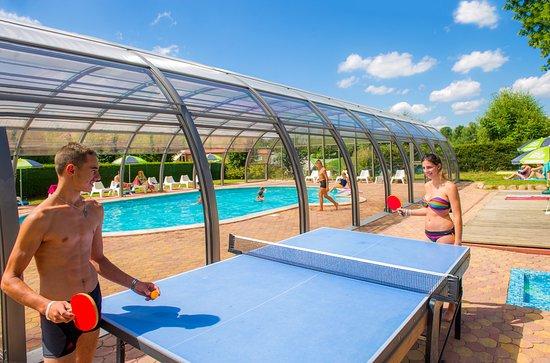 Ping pong et piscine couverte au camping au clos de la for Camping quiberon piscine couverte