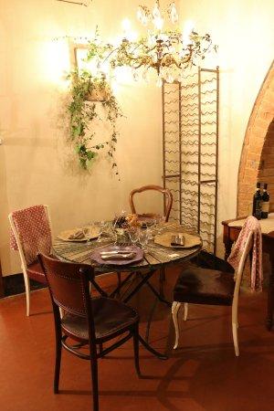 Gambassi Terme, Italia: Liebevoll gedeckter Tisch