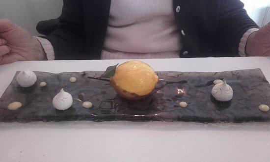 Martres-Tolosane, France: Dessert Tarte au citron de Menton meringues et sablé à la fleur de sel