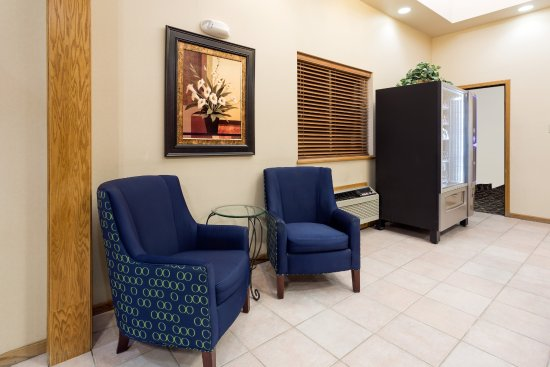 Gillette, WY: Comfortable Lobby Seating area