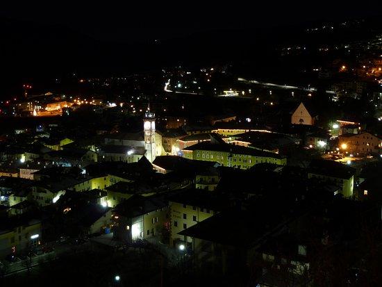 Residence Aparthotel Des Alpes: Pohled na Cavalese v noci