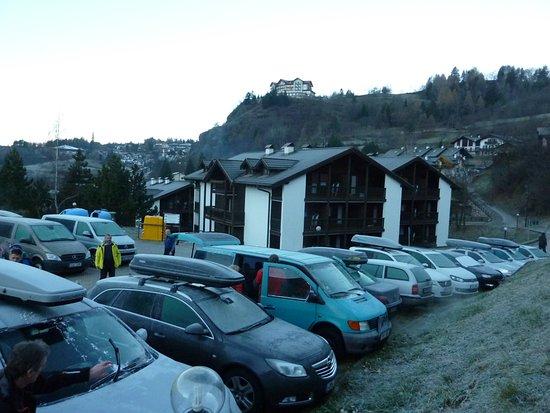 Residence Aparthotel Des Alpes: Budova za hlavní budovou