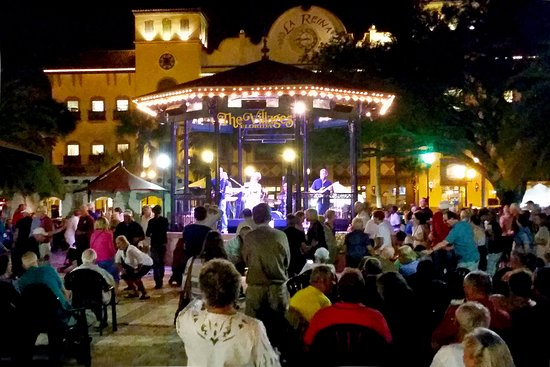 Holiday Inn Express & Suites - The Villages: Jst steps from live entertainment 365 days/year at the Spanish Springs Town Square!