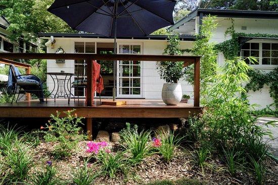 Olinda, Австралия: Little Violet in a garden setting - beautiful deck