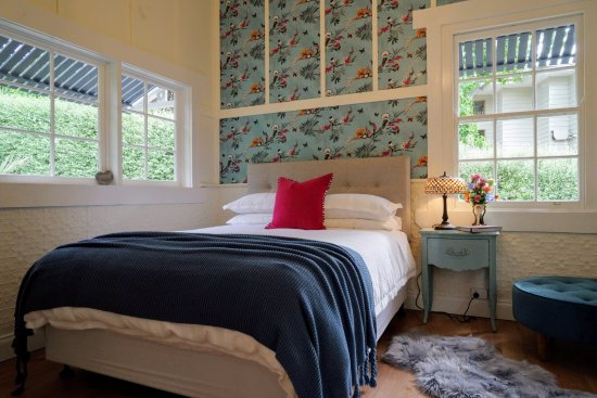 Olinda, Australia: Queen bed, light filled bedroom at Little Violet