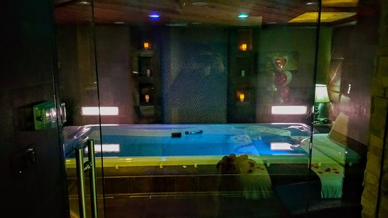 Champagne Lodge and Luxury Suites: through the glass door/divider into the pool/steam room