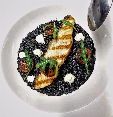 Bromley, UK: Salmon on black risotto