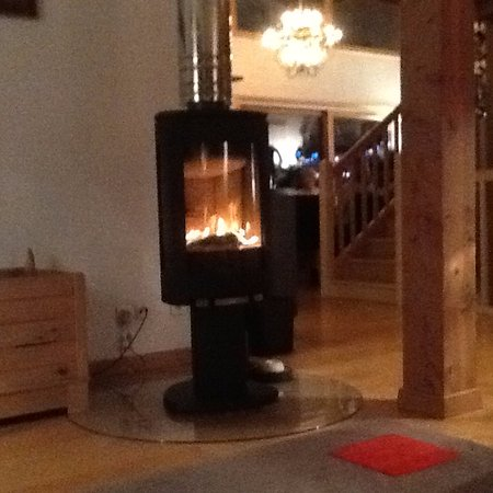 Samoens, Francja: Warm and welcoming with an amazing fire