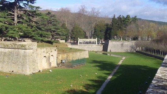 Fortress and Walls of Pamplona : Uno de los antiguos fosos, acondicionado ahora como pequeño zoo