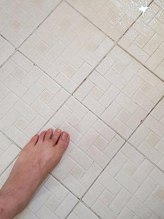Monclova, Mexico: No tiene tapete!!!! y zaz.. al piso.