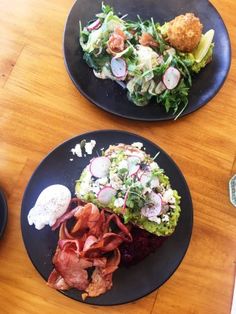 Rowville, Australia: Smashed Avo and salmon salad breakfast.