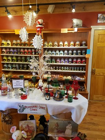 Hawley, Pensilvania: More then candy, the have candles (of course) and other holiday items for sale.