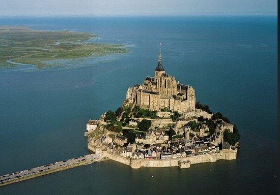 Abadia do Monte Saint-Michel: Ora è collegata a terra anche con l'alta marea. Quando ci sono stato io non era così.