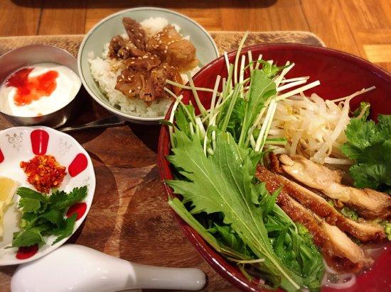 Kunitachi, Japón: チキンフォーに角煮丼