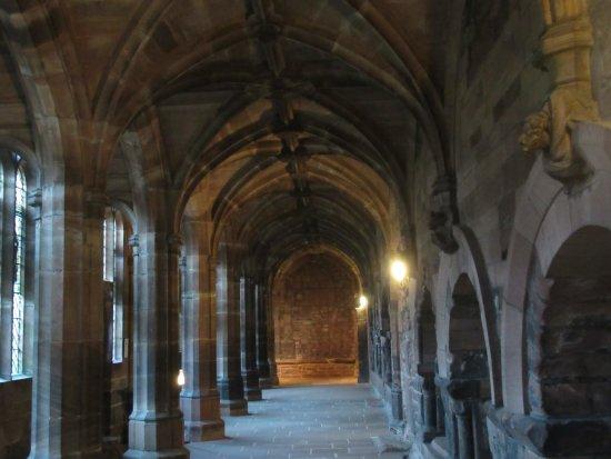 Chester Cathedral: Pasillos del claustro de la catedral.