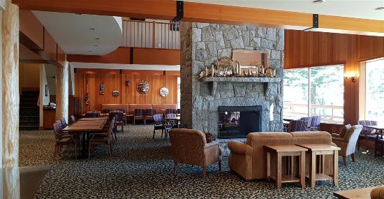 Quadra Island, Kanada: Grand room (eating area & sitting area with fire place)