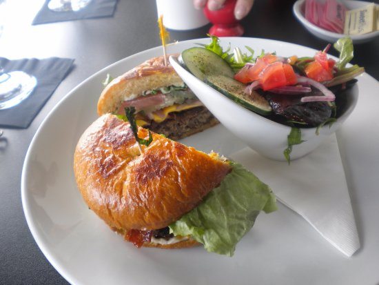 Oxford, MS: Cheeseburger with side salad