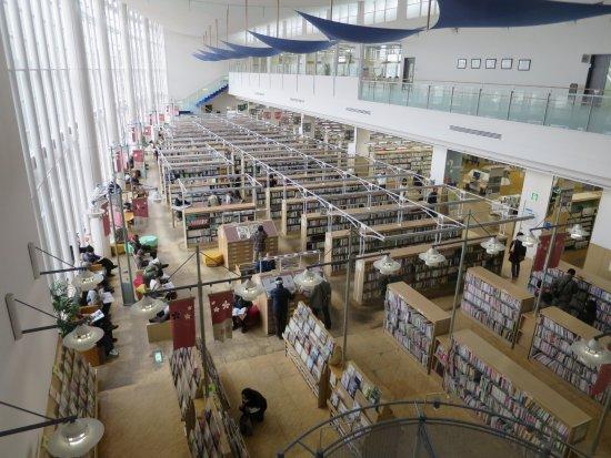 Toyokawa, Japonya: 2階から見る図書館