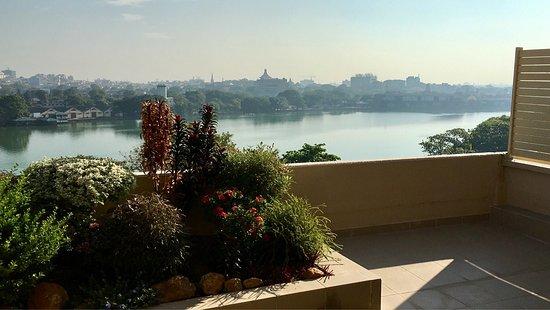 Cinnamon Lakeside Colombo: Blick von der Zimmerterasse auf den See