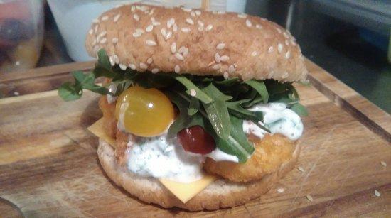 Montmorillon, França: La carte des burgers,la sauce jack Daniel's,le burger pita avec sa sauce maison et gâteau d'anni