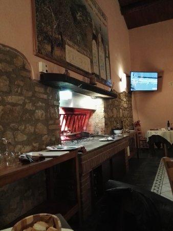 Campello sul Clitunno, Italy: Saletta con camino e griglia