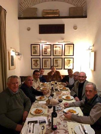 Ecija, Ισπανία: cenando con unos amigos en el restaurante, un coloquio quincenal