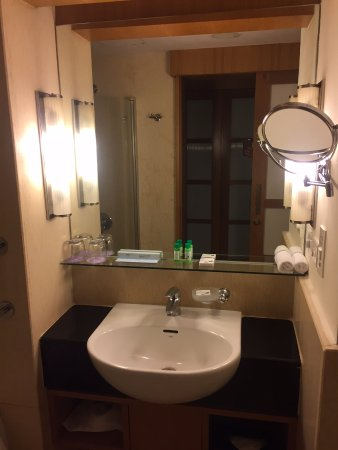 Novotel Hyderabad Convention Centre : Amenities in the bathroom