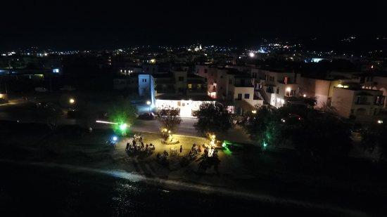 Tinos Town, Greece: αλλα και το βραδυ στρωνουμε τραπεζι διπλα στο κυμα
