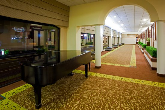 Holiday Inn Hotel & Suites Alexandria - Old Town: Spacious Lobby With Restaurant