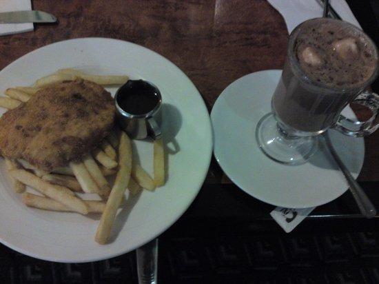 Scamander, Australië: snitzel and hot chocholate taste so yum!