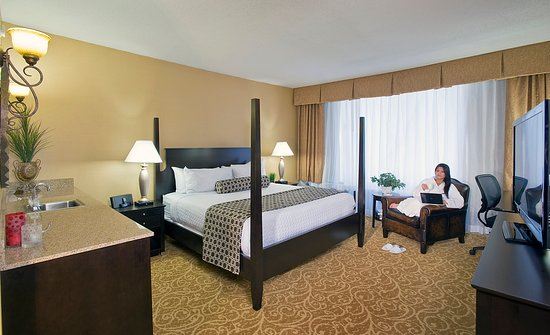 Crowne Plaza Tysons Corner: Rest easily in our Executive Suite at the Crowne Plaza Tysons.