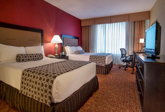 Crowne Plaza Tysons Corner: Rest easily in seven layers of comfort bedding at the Crowne Plaza