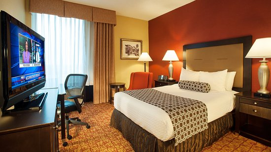 Crowne Plaza Tysons Corner: Our spacious Double Bed Room includes a work desk and Wifi access.