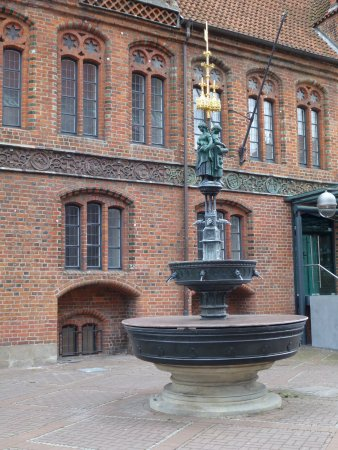 """Altes Rathaus: Nice fountain in front of the City Hall"""""""