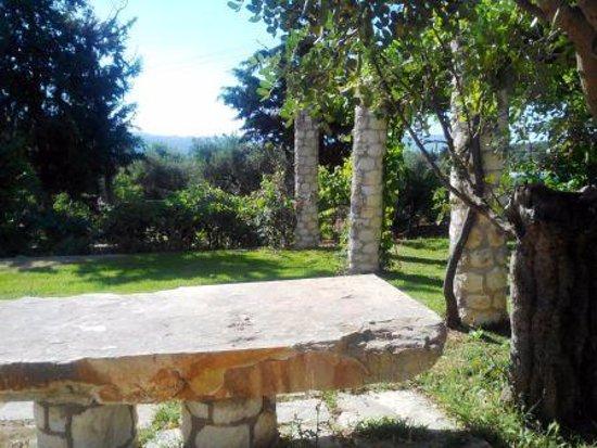 Alikampos, Grekland: каменный стол и лавка