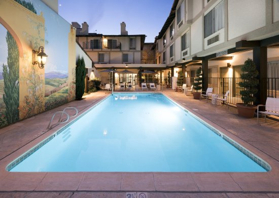 DoubleTree by Hilton Hotel Campbell - Pruneyard Plaza: Outdoor Pool