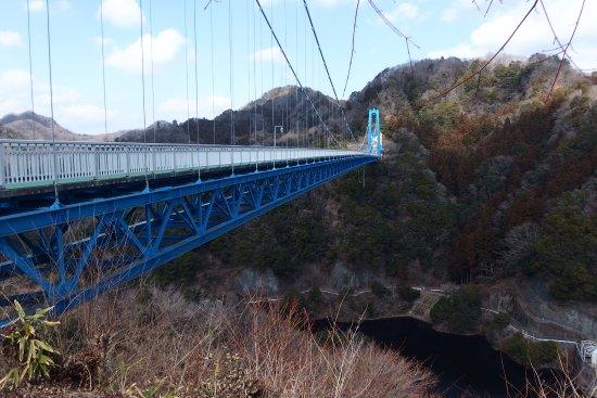 Hitachiota, Japan: 駐車場から竜神大吊橋を、望む。