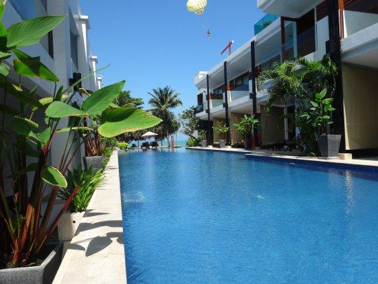 La Flora Resort Patong: ホテルのプール、そしてさの先にビーチ